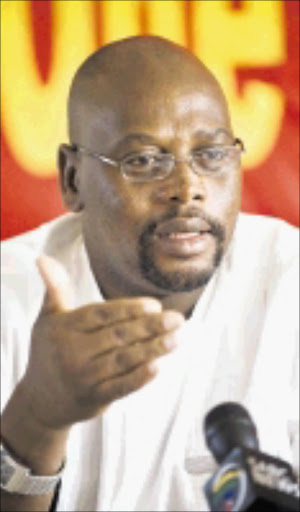 Cosatu   president  Sdumo Dlamini addresses the media at COSATU House today. Pic MaRtin Rhodes 2009/06/04 © Business day