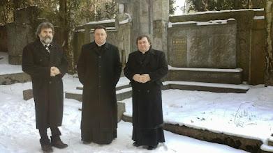 Photo: Bratři se u hrobky pomodlili