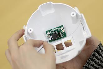 Photo: 胴体から出ている5極ケーブルはLED基板に接続します。5極ケーブルの黒い配線が下になるように挿し込みましょう。