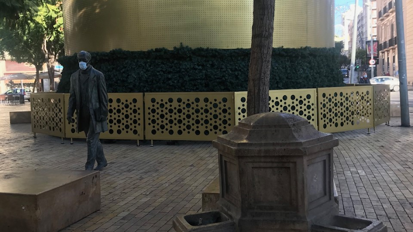 Don Nicolás Salmerón, el paseante más ilustre de una Puerta de Purchena ahora con abeto.