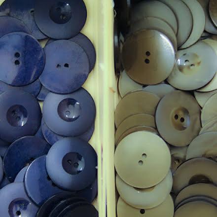 Stor Knapp 28mm - gråbrun eller mörkblå