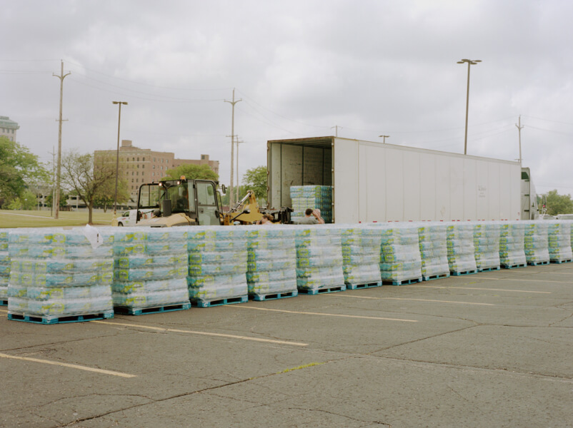 Distribución de agua embotellada en un estacionamiento de Flint, Michigan.