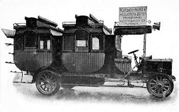 Photo: 1911 Heijlaerts eerste voertuig. Met deze wagen, een kruising tussen auto en koets, reed hij zijn klanten rond.
