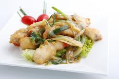 C12 Cuisses de grenouilles aux gingembres ciboulettes sur plaque chauffante