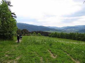 Photo: 24.W okolicach Czarnego Działu. Po lewej stoki Ćwilina (1072 m). Na wprost piramida Mogielicy (1171 m). W dole Wilczyce. Przede mną jedyni spotkani na podejściu turyści - sympatyczna para z Krakowa - miłośnicy Beskidu Wyspowego.