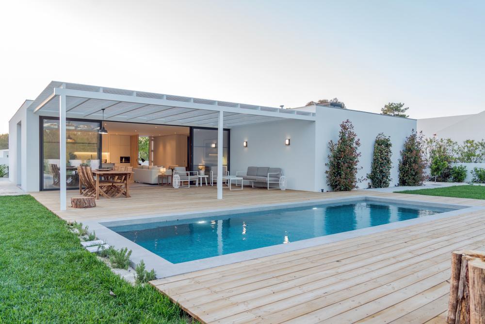 Bể bơi hình chữ nhật tận dụng triệt để không gian của ngôi nhà