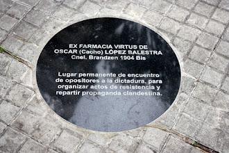Photo: Marcas de la Memoria (24) Ex local de la Farmacia Virtus, de Oscar López Balestra. Brandzen 1904 (Avda. 18 de Julio esq. Rivera). Placa conmemorativa.