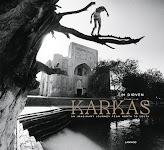 man loopt op boomtak boven een vijver bij heiligdom uit Midden Oosten