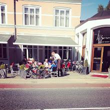 Photo: racergruppen på vej mod Silkeborg, holder kaffepause.