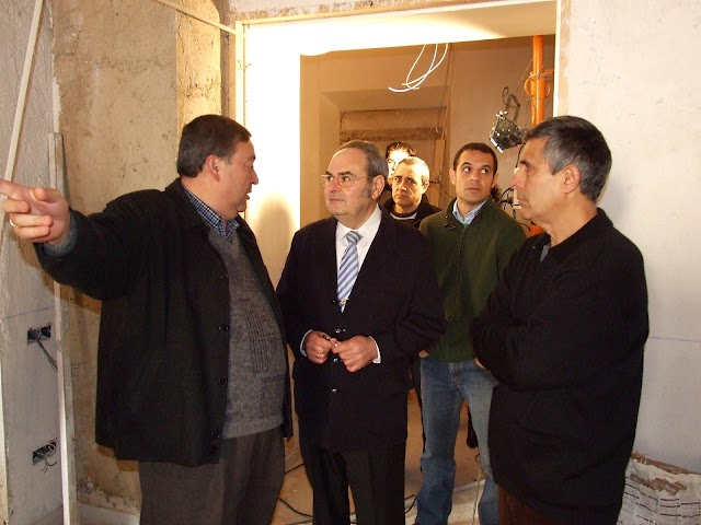 José Antonio Miras y Manuel Marín, junto a Isaac Vilches, conversando con Dubé de Luque.