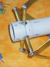 Photo: La tige fileté de 3mm est soudée à l'etain dans le tube de 6mm à l'aide d'une petite entre-toise en tube de 4mm laiton puis sur la rondelle et le tube de 6 avant pose sur le PVC electro de diam 32mm Ne pas oublier de mettre un chiffon mouillé entotillé sur le tube de 6 et le PVC lors de la soudure en etain du plat laiton sur le tube