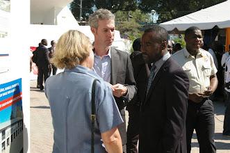 Photo: Le Ministre de l'Éducation Nationale en discussion avec l'Ambassadeur de Suisse.