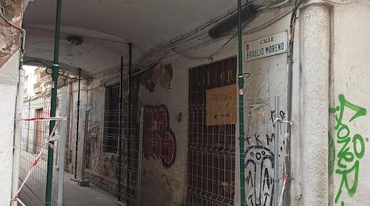 """La calle del arco de Braulio Moreno se derrumba por el """"abandono"""""""