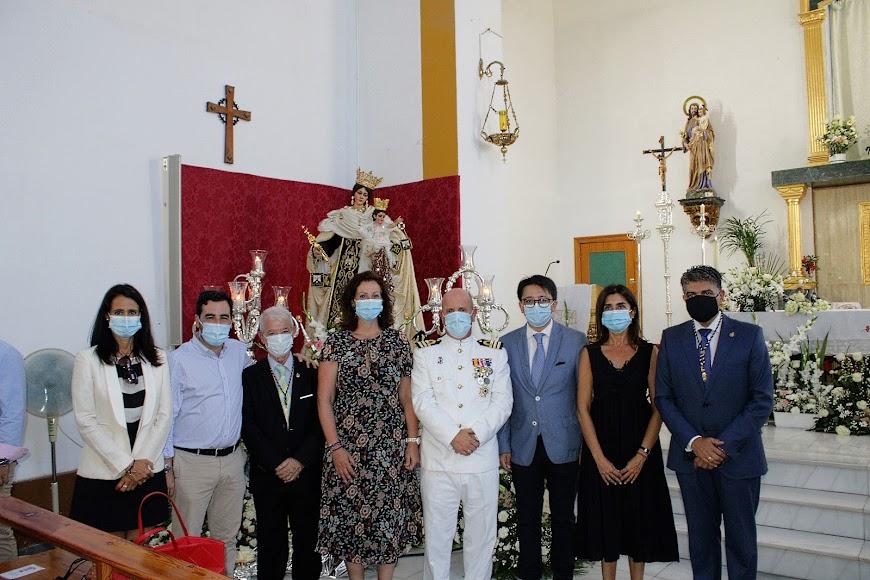 Representantes del Ayuntamiento de Almería y Diputación con el hermano mayor y el comandante naval.