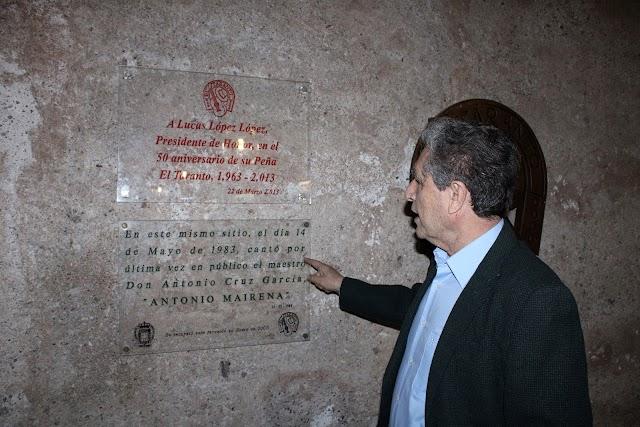 Rafael Morales mostrando la placa que recuerda el último recital que ofreció Antonio Mairena, en El Taranto,, antes de su fallecimiento.