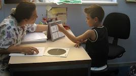 Una investigadora del equipo realiza una prueba a un niño