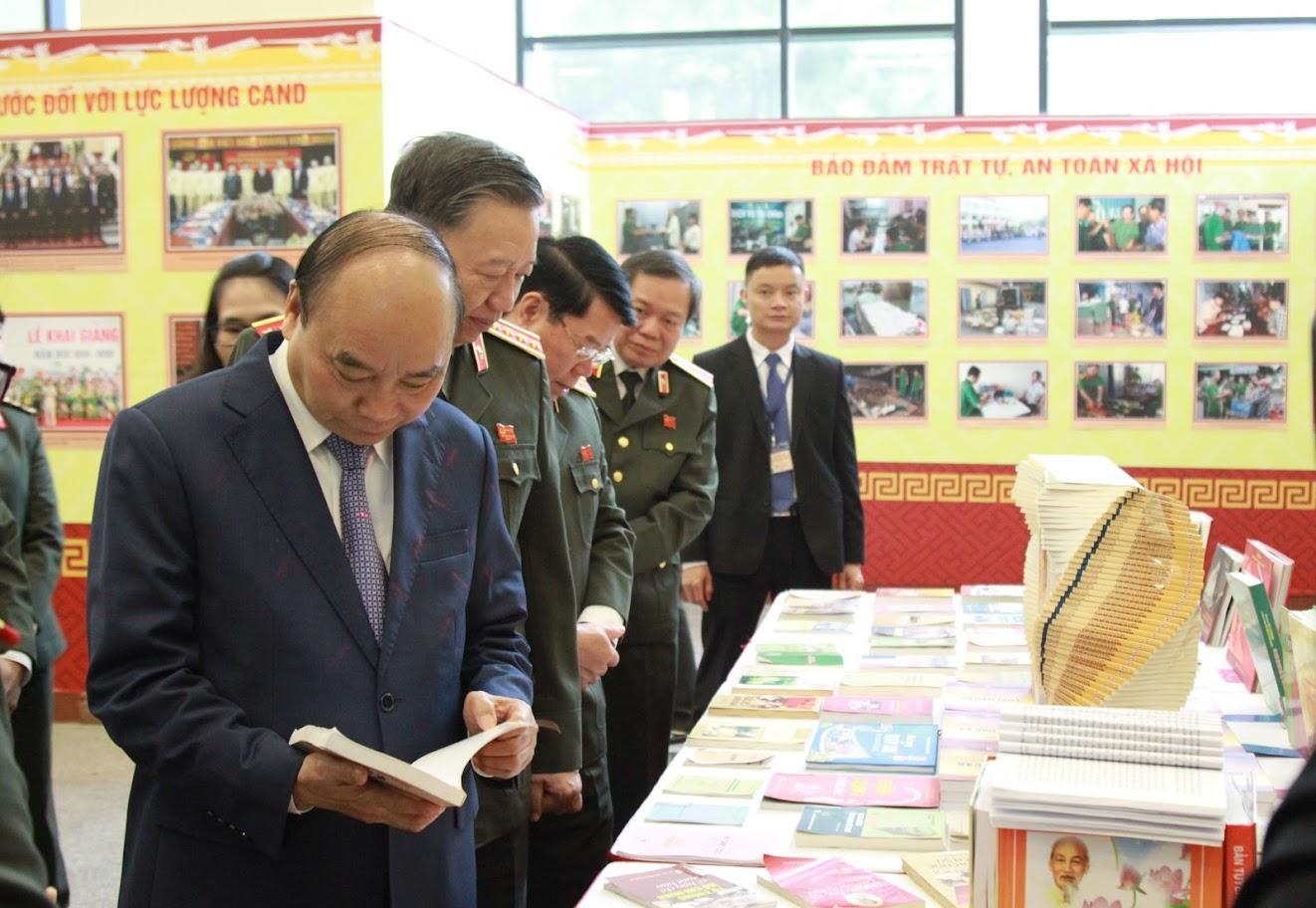 Thủ tướng Nguyễn Xuân Phúc thăm gian trưng bày tại hội nghị
