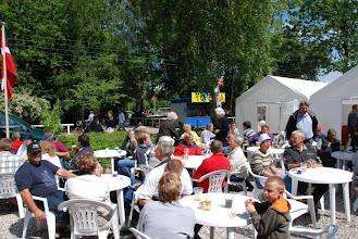 Photo: Kaffe og forfriskninger blev serveret i det gode vejr. / Coffee and refreshment was served in the good weather. (Foto: Kettinge Fotografen)