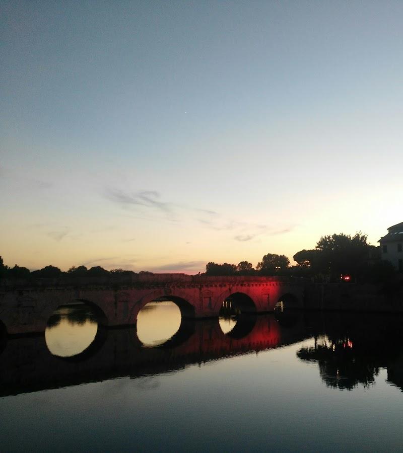 Ponte romano riflesso su specchio d'acqua di Nicki