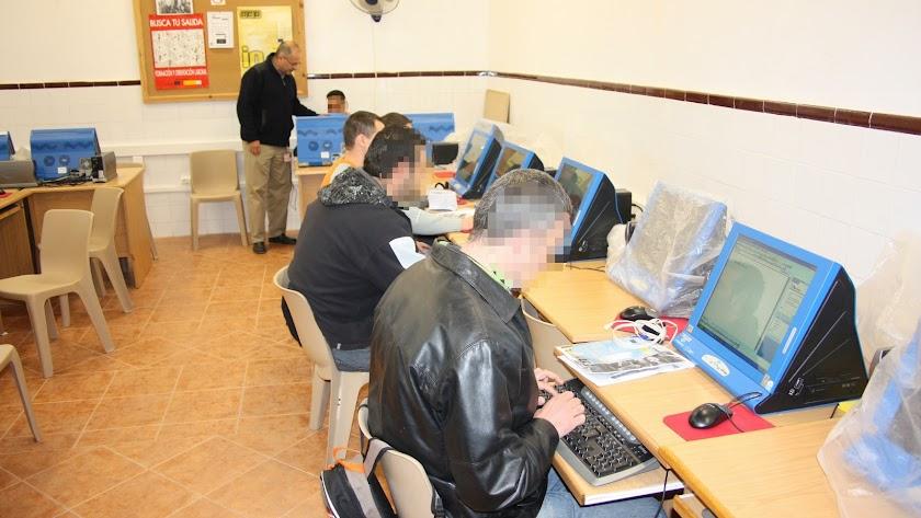Interno en una sala de informática de El Acebuche.