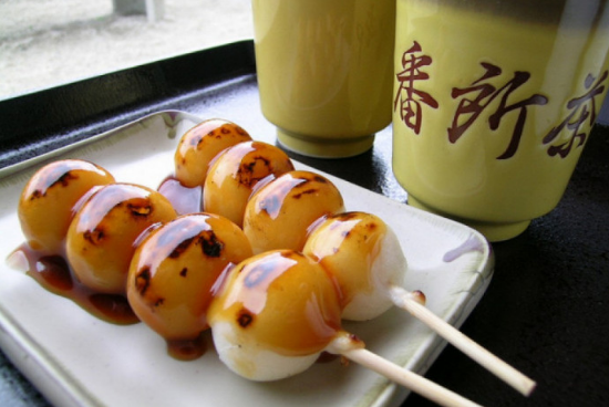 Los dango son un popular manjar japonés que viene en muchos sabores y colores.