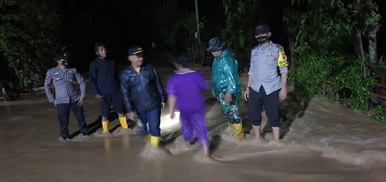 Anggota Polsek Tapan, Jebur Bantu Warga Kebanjiran Didua Nagari