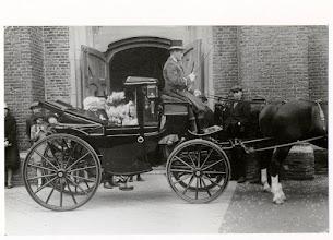 Photo: 1928 Het gouden echtpaar H. van Gurp-Schellekens in een tweespankoets met koetsier, voor de hoofdingang van de St. Martinusparochiekerk