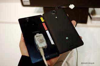 Photo: Xperia Z / Xperia Tablet Z Event: compare the Black Xperia Z (left) with the Xperia GX (right)