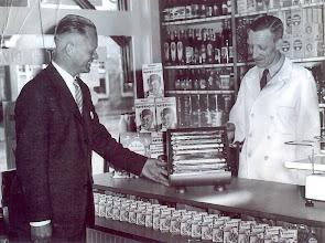 Photo: Albert Okken en een vertegenwoordiger in de winkel