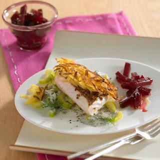 Rotbarschfilet mit Kartoffelkruste auf warmen Tzatziki-Gurken mit rote Bete-Salat