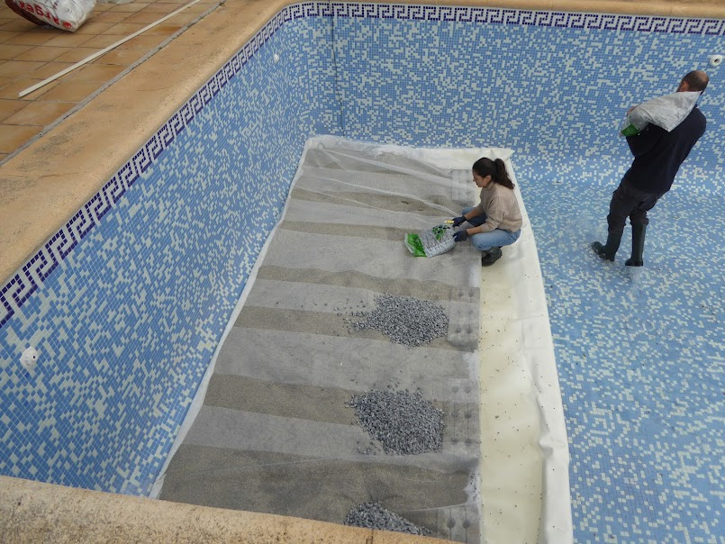 Vertido de gravas en la piscina natural de Denia
