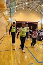 Photo: 女子生徒と楽しそうに走るかやさんと、うしろからフォローするひろや