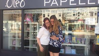 Irene Rodríguez, la tuitera, y su madre frente al escaparate de la papelería Óleo