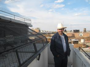 Photo: El amigo Francisco Vasquez de Tepa al frente de mis palomares de vuelo de las adultas.
