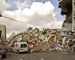 Die Trümmer des Stadtarchivs die auf der Severinstraße liegen. Der Fotograf, Frank Domahs, erlebte den Einsturz mit.