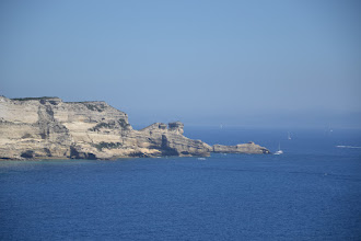 Photo: biele útesy, podlž nich sa šlo až k plaži de St. Antoine, úplne vpravo vidno ostrov ile St. Antoine, najjužnejší cíp Korziky