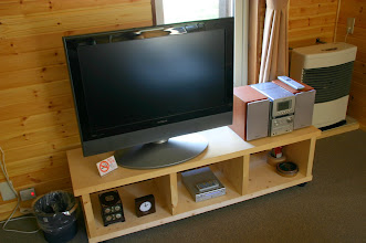 Photo: 32型薄型テレビ、DVDプレイヤー CD/MD/カセット/ウォークマン録音用USB端子搭載ミニコンポ コンポにはiPodが接続できます。 超薄电视,DVD机上设有USB连接口,可连接iPod iPod can be connected to TV set and DVD player through USB.  接続用ケーブルをご希望の方は、受付で無料で貸し出ししております。 宾馆前台提供免费数据线借出。 Connecting line can be rented in the reception desk for free.