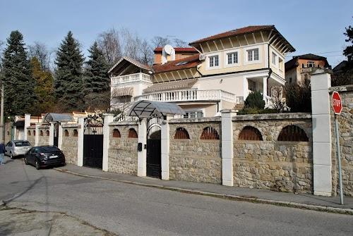 Vila sa bazenom uz ogradu Belog dvora