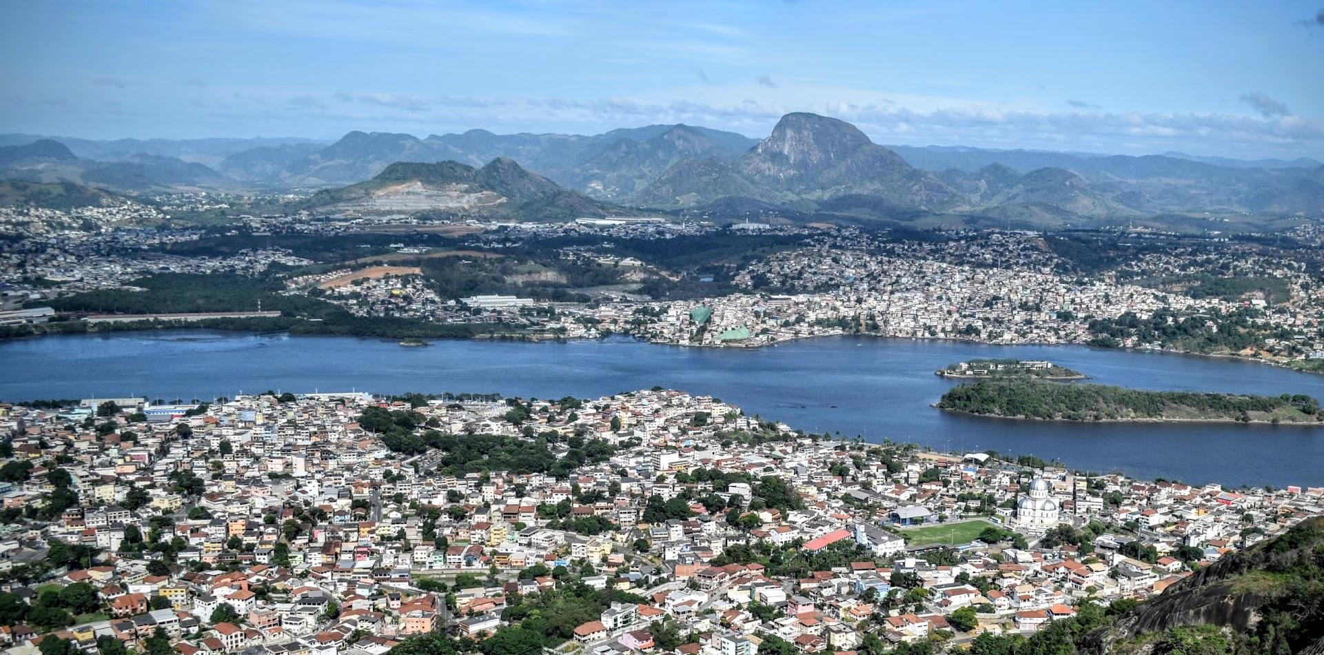 Vista do Parque da Fonte Grande para o bairro Santo Antônio, o Rio Santa Maria, Cariacica e o morro Moxuara ao fundo