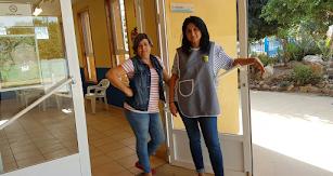 Las encargadas de la cantina, María Ángeles y Anabel, en la entrada del establecimiento.