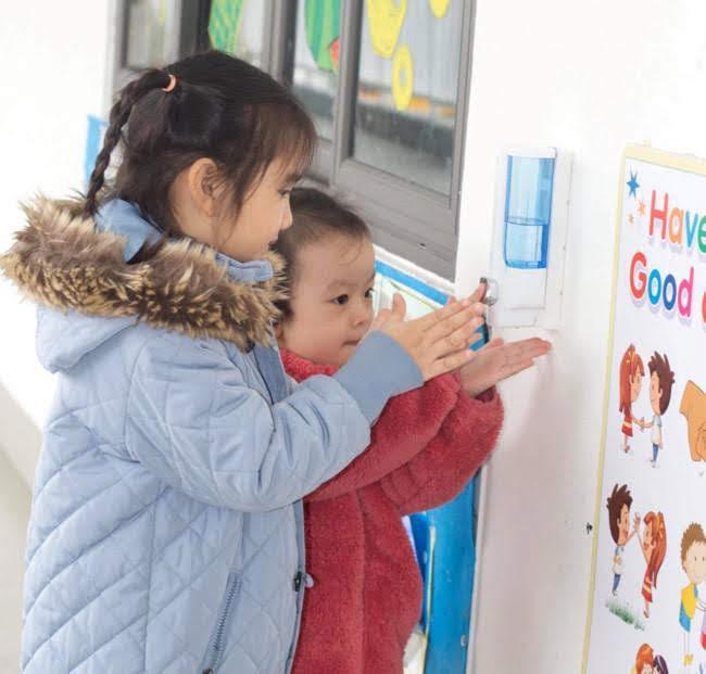 Trẻ mầm non rửa tay trước khi vào lớp