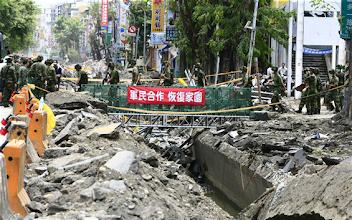 Photo: 陸軍54工兵群在三多路搭設便橋後,可提升救援效率。(軍聞社記者姜大宇攝)