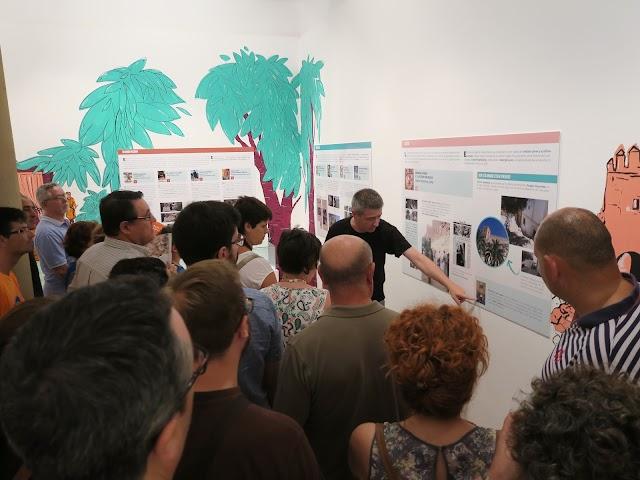Juanen Pérez Miranda señala una de las imágenes de la muestra que puede verse hasta enero de 2018 en la Torre del Homenaje de la Alcazaba.