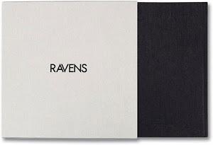 grijs/zwarte voorkant met tekst Ravens