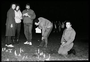 """Photo: russischer Soldat und Teilnehmer der DEMO dankt und betet für die """"Friedliche Revolution"""" 1989 in der DDR. Wenig später kam es zum historischen Mauerfall.  #TagderDeutschenEinheit  #wiedervereinigung #wende #ddr #mauerfall #deutsche #Einheit"""