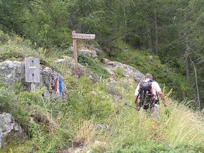 Photo: A la frontière du parc des Ecrins, notre guide prend la tête.