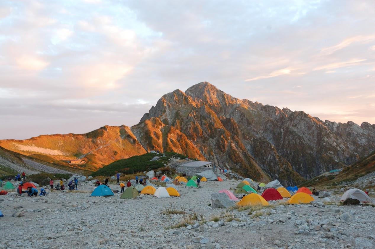 朝焼けの剱岳と剱沢キャンプ場