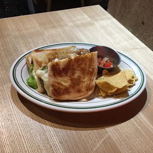 泡菜牛肉乳酪三明治 很好吃份量剛好 也不會很辣💛💛