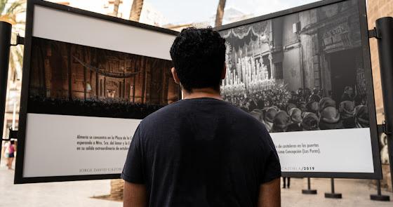 Estudiantes inaugura su exposición fotográfica ante la puerta de la Catedral