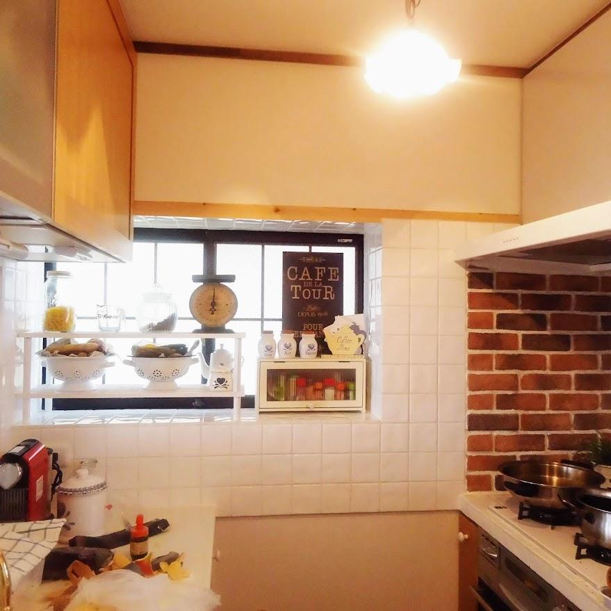 レンガとタイルの壁のキッチン